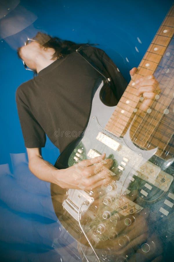 De gitaarspeler van de rots stock afbeelding