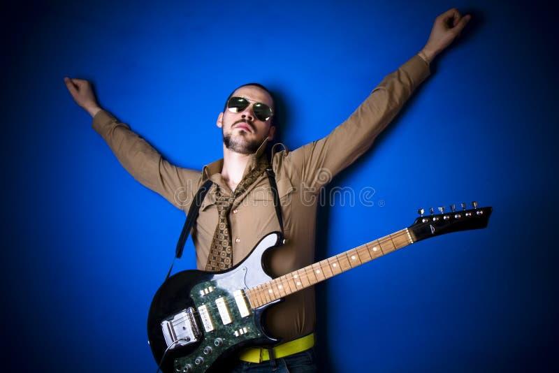 De gitaarspeler van de rots stock afbeeldingen