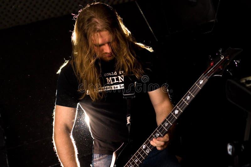 De gitarist die van de rots solo speelt