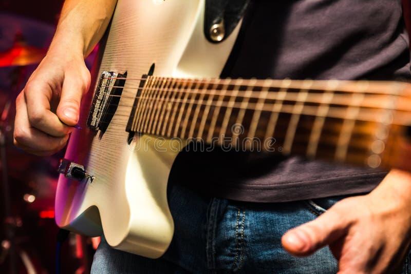 De gitarist op stadium, leeft overleg royalty-vrije stock foto's