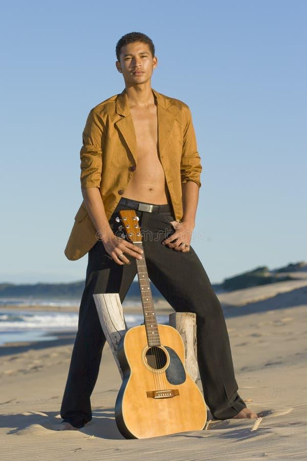 De Gitarist van het strand stock fotografie