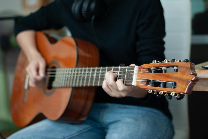 De gitaristen spelen popmuziek op gitaar royalty-vrije stock afbeelding