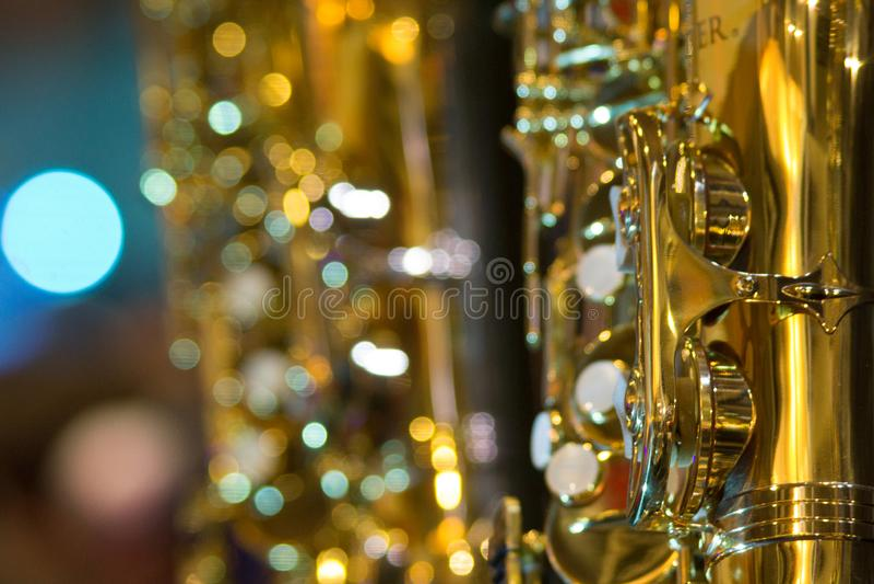 De glänsande saxofondetaljerna royaltyfri fotografi