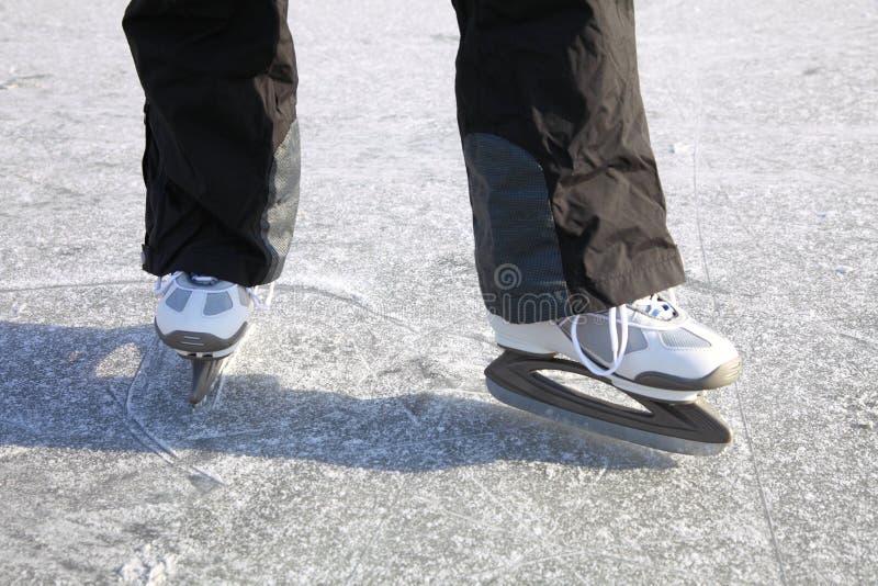 De glace de patinage l'hiver de congélation d'étang à l'extérieur image libre de droits
