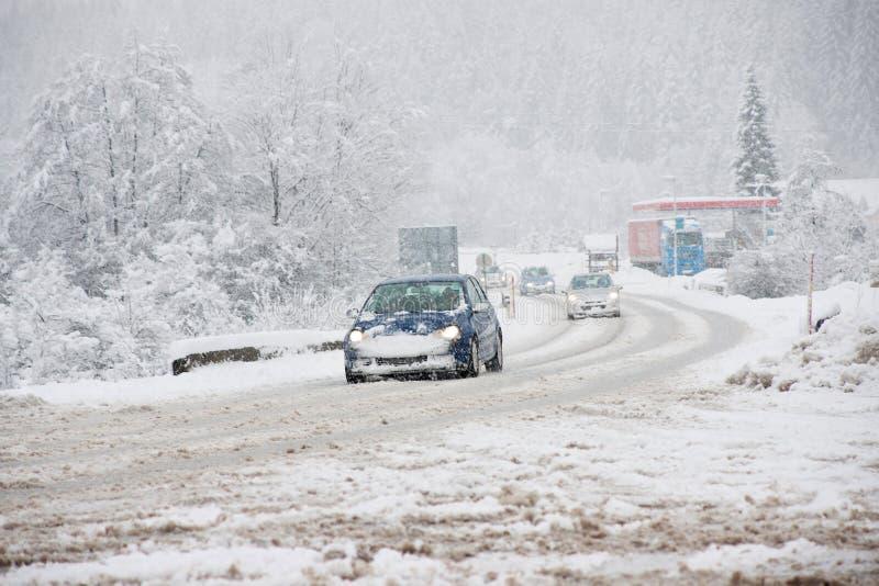 De gladde voorwaarden van de de winterweg stock afbeelding