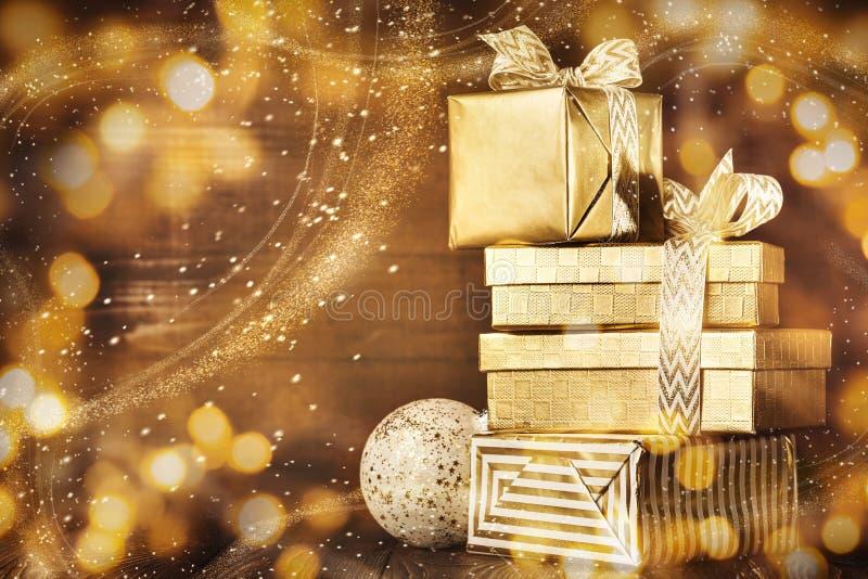 De glanzende gouden dozen met Kerstmis stelt voor royalty-vrije stock foto