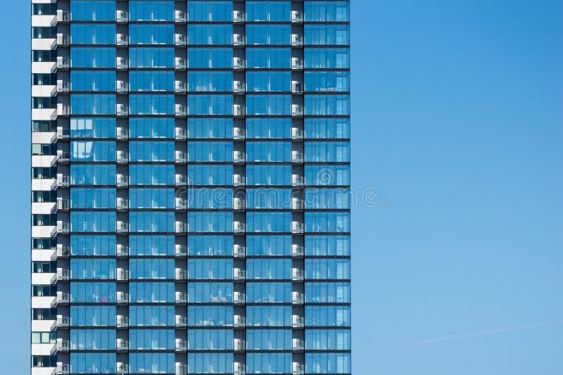 De glasbouw in blauwe hemel stock foto's