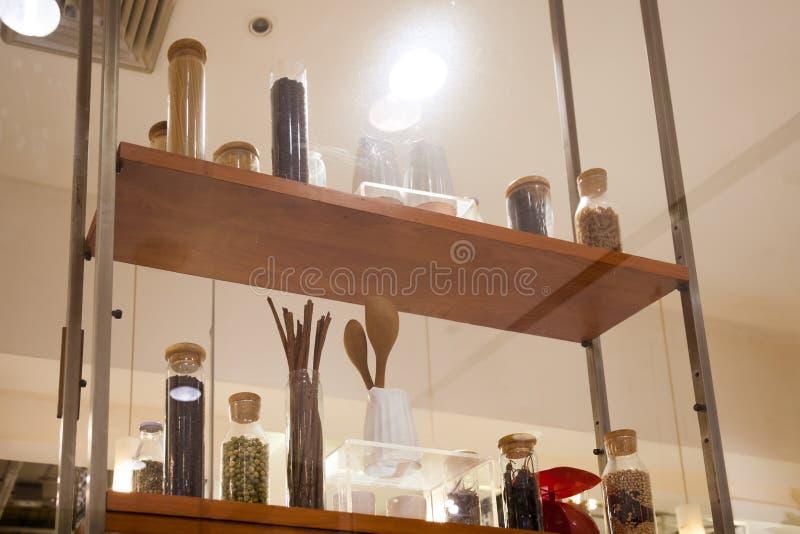 De glasfles voor gezet Kruiden is mooi en systematisch royalty-vrije stock foto