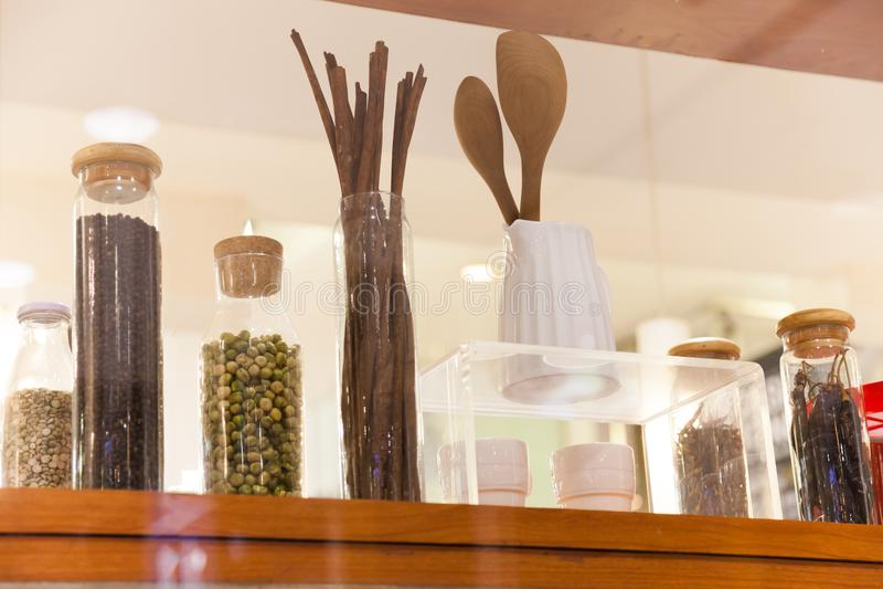 De glasfles voor gezet Kruiden is mooi en systematisch stock foto's