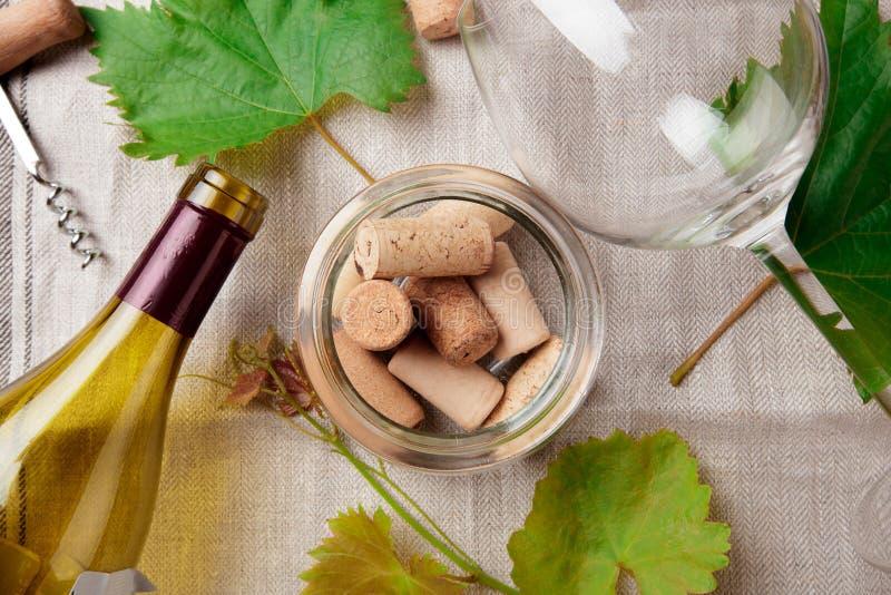 De glasfles wijn met kurkt op houten lijstachtergrondafbeelding stock foto