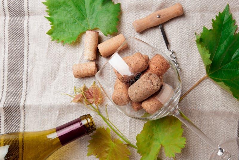 De glasfles wijn met kurkt op houten lijstachtergrondafbeelding royalty-vrije stock foto