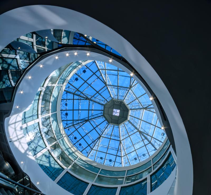 De glaskoepel van een modern gebouw heeft een futuristisch ontwerp om vorm stock fotografie