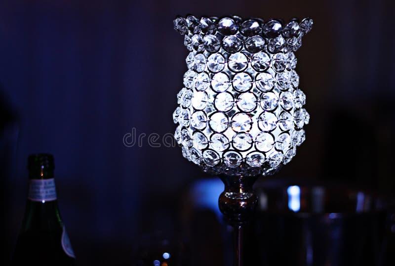 De glass tabelllamporna på silverbrölloppartiet arkivfoton