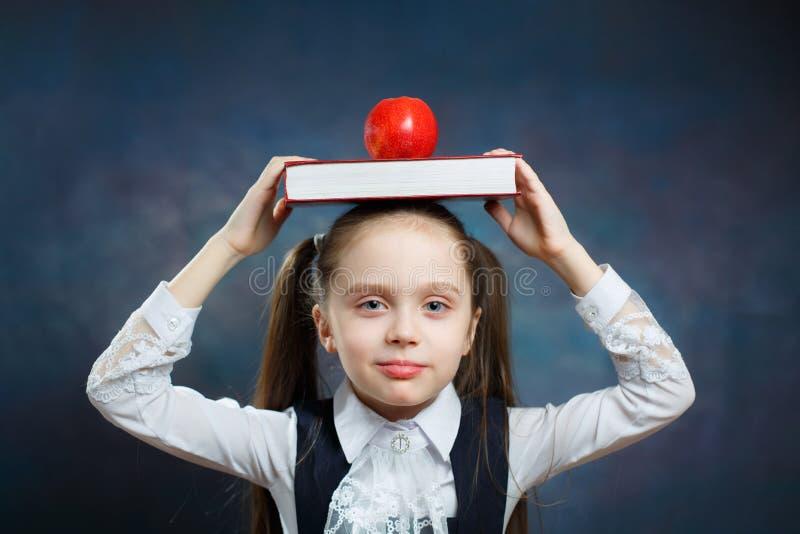De Glazen Carry Book Apple van de schoolmeisjeslijtage op Hoofd royalty-vrije stock foto