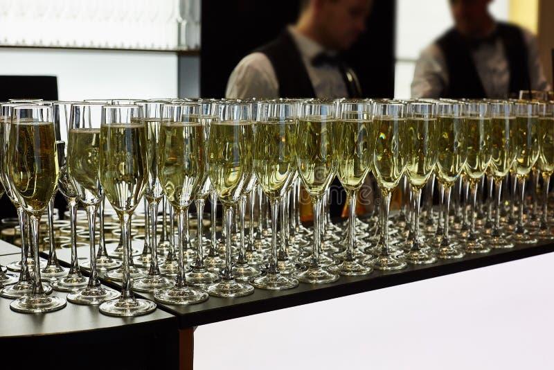 De glazen champagne zijn op de lijst E stock foto