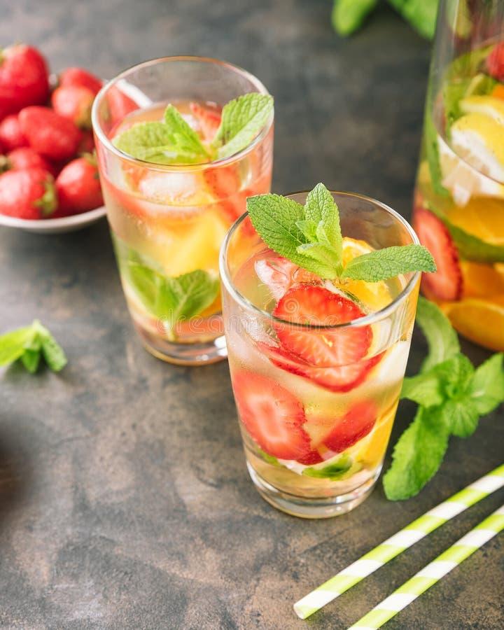 De glazen citroenwater royalty-vrije stock foto's