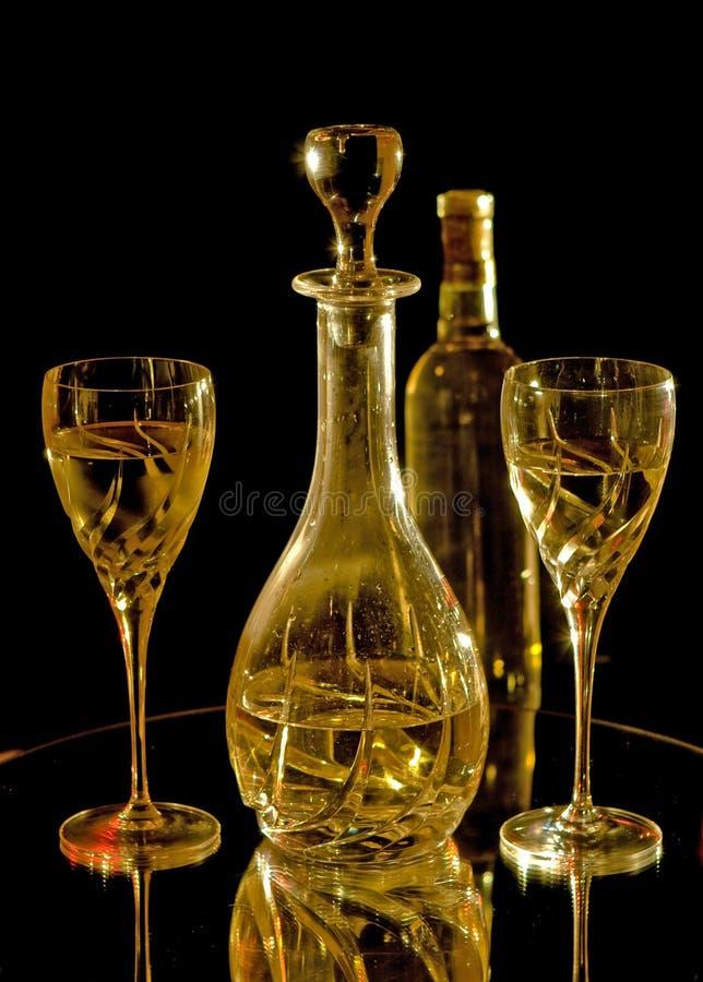 De glazen, de karaf en de fles van de wijn witte wijn royalty-vrije stock afbeeldingen