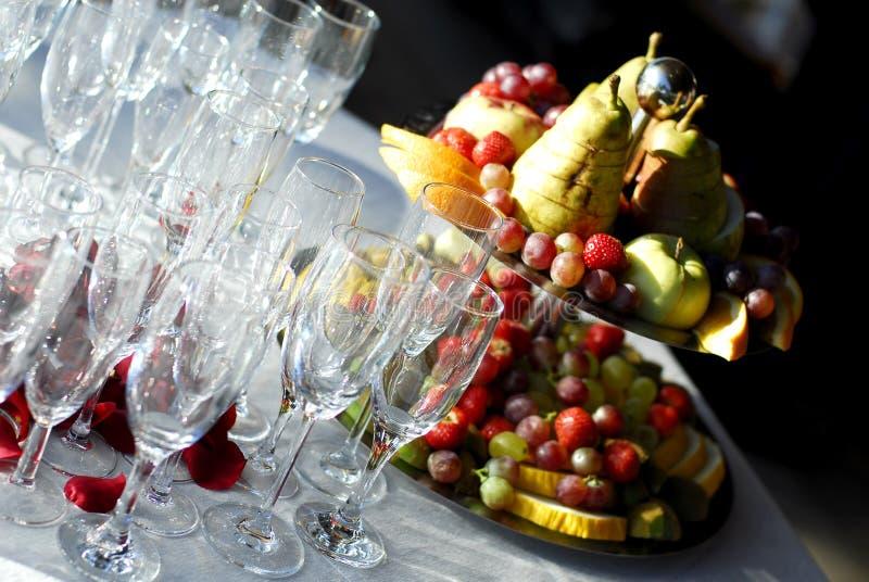 De glazen en de vruchten van Champagne stock afbeelding