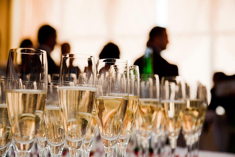 De glazen van Champagne bij de partij royalty-vrije stock afbeeldingen