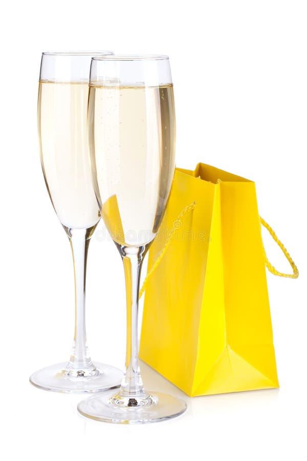 De glazen van Champagne en giftzak royalty-vrije stock afbeeldingen