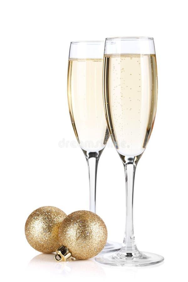 De glazen van Champagne en Kerstmisballen royalty-vrije stock foto's