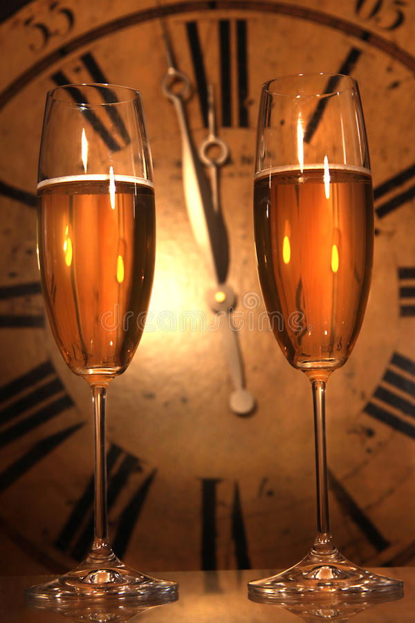 De glazen van Champagne klaar om in het Nieuwjaar te brengen royalty-vrije stock afbeeldingen
