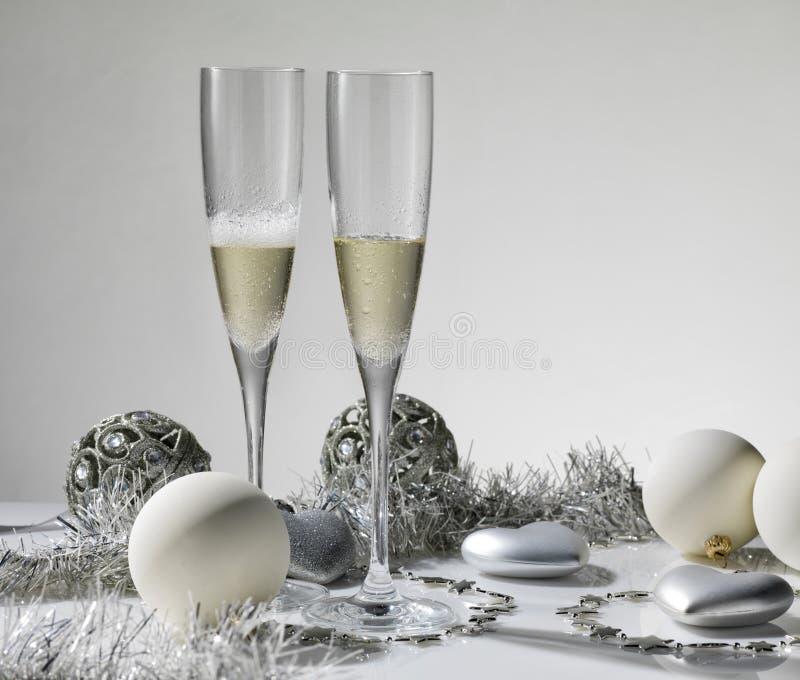 De glazen van Champagne klaar om in het Nieuwjaar te brengen royalty-vrije stock afbeelding