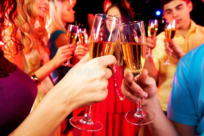 De glazen van Clinking met champagne stock afbeelding