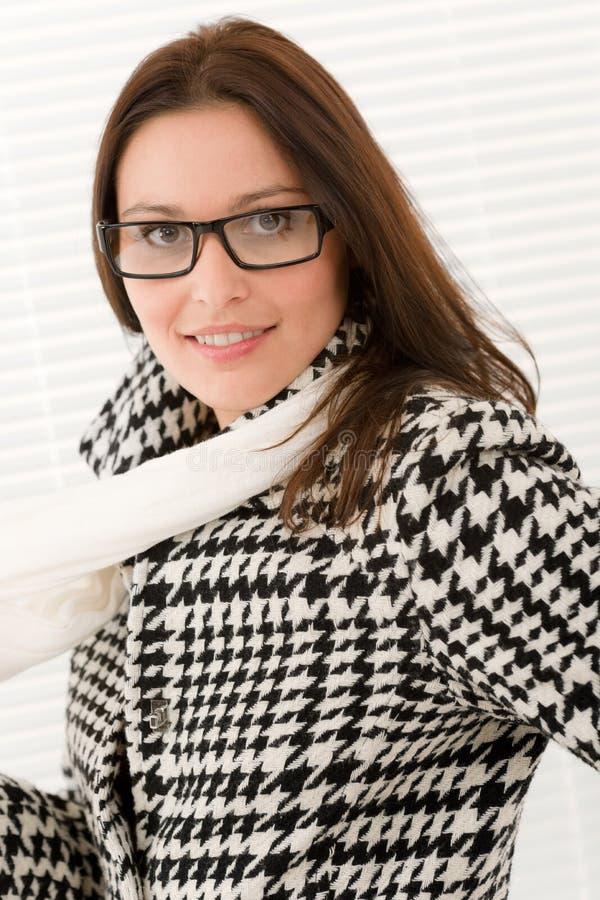 De glazen van de ontwerper - de vrouwenportret van de de wintermanier stock afbeelding