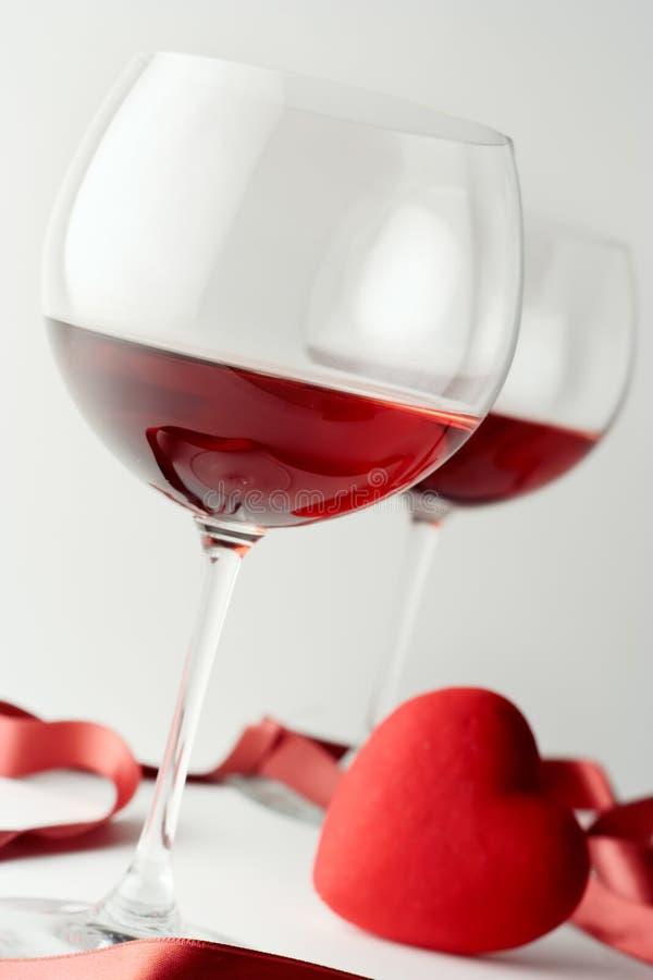 De glazen van de wijn en een hart royalty-vrije stock afbeelding