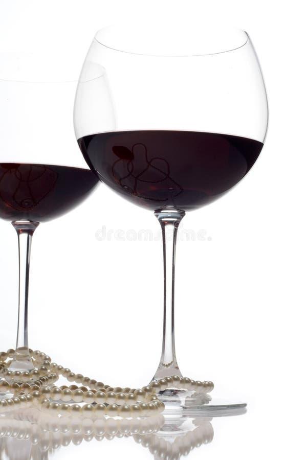 De glazen van de wijn met parels royalty-vrije stock afbeelding