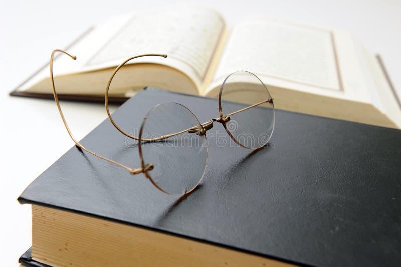 De glazen van het boek en van de lezing stock afbeeldingen