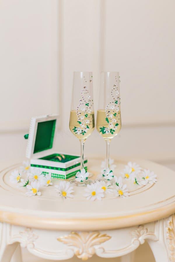 De glazen van het huwelijk voor champagne stock afbeelding