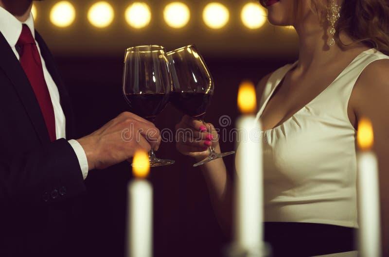 De glazen van het paargerinkel met rode wijn bij vergadering of huwelijk royalty-vrije stock foto's