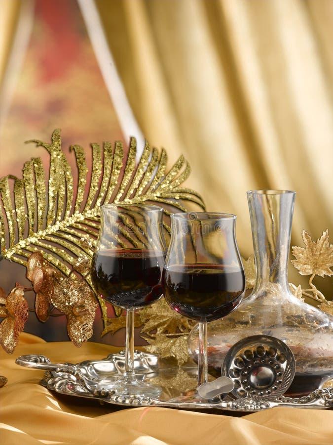 de glazen van de rode die wijnstam op een lijst voor het proeven van wijn wordt geplaatst stock afbeelding