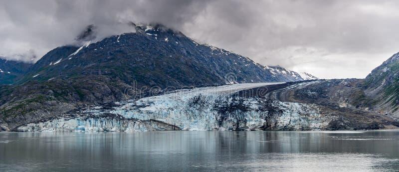 De Gletsjer en de bergen van Johnshopkins op een bewolkte dag in Gletsjerbaai, Alaska stock afbeeldingen