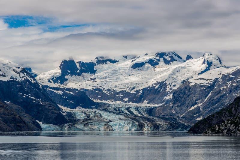 De Gletsjer en de bergen van Johnshopkins op een bewolkte dag in Gletsjerbaai, Alaska royalty-vrije stock afbeelding