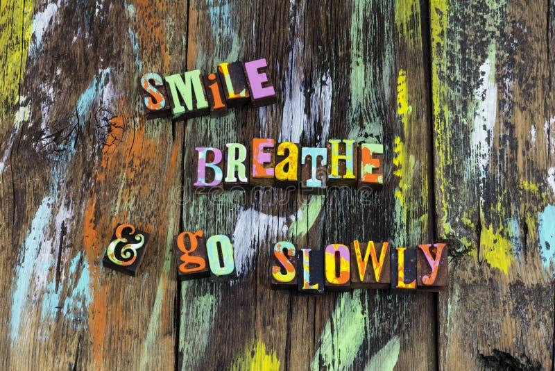 De glimlach ademt gaat ontspant langzaam nadrukdroom gelooft stock foto