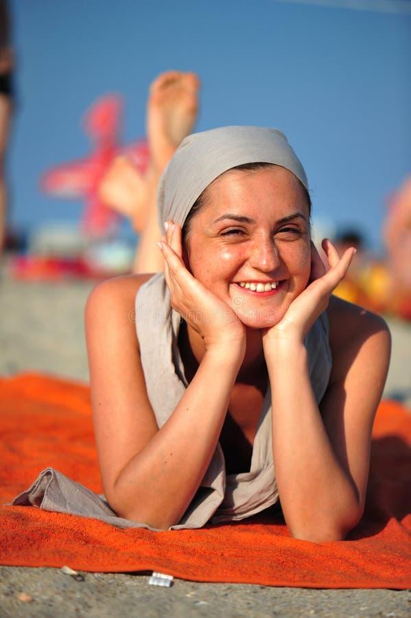De glimlach van de zomer bij het strand - vrouwenportret royalty-vrije stock afbeelding