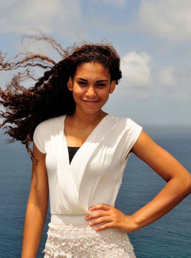 De glimlach van het eilandmeisje stock fotografie