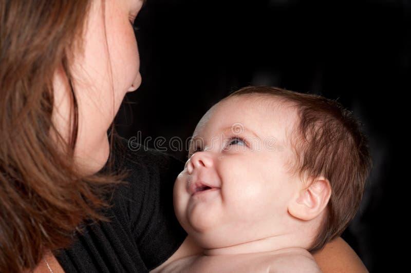 De glimlachen van de baby bij moeder royalty-vrije stock foto
