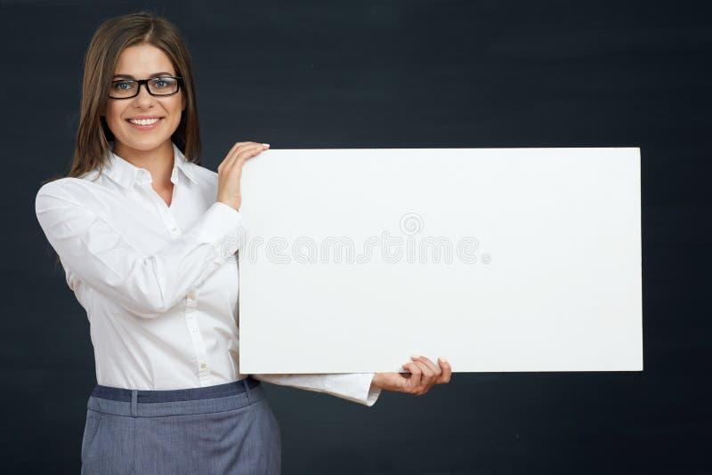 De glimlachende adverterende raad van de bedrijfsvrouwenholding stock foto's