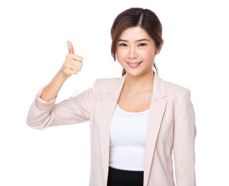 De glimlachende Aziatische bedrijfsvrouw geeft een duim op gebaar stock afbeeldingen