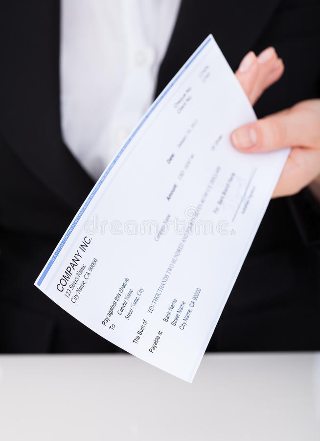 De glimlachende cheque van de onderneemsterholding royalty-vrije stock afbeelding