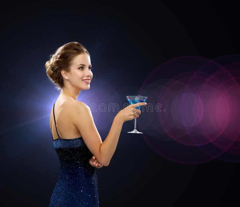 De glimlachende cocktail van de vrouwenholding stock foto's