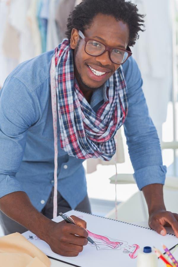 De glimlachende creatieve kleren van de ontwerpertekening royalty-vrije stock foto