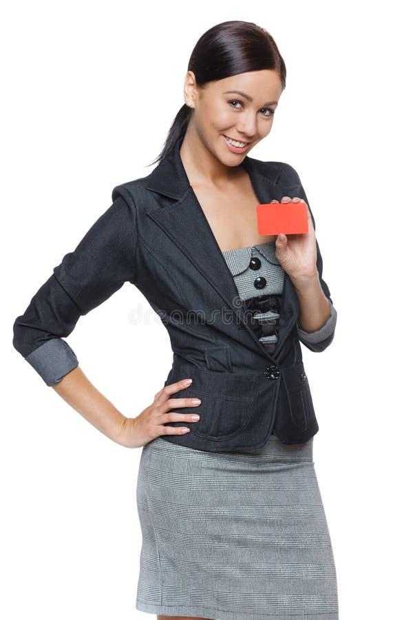 De glimlachende creditcard van de bedrijfsvrouwenholding stock foto