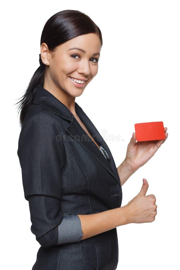 De glimlachende creditcard van de bedrijfsvrouwenholding royalty-vrije stock afbeeldingen