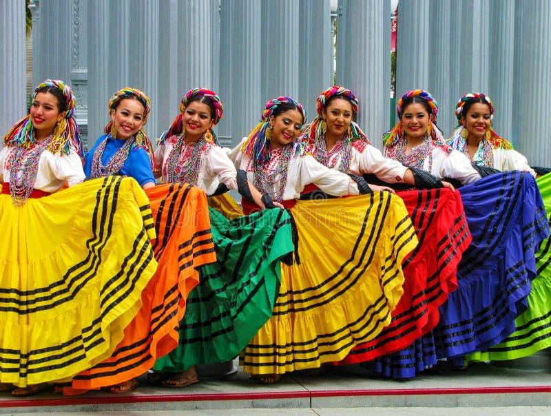 De glimlachende dansers stellen voor foto's bij openluchtprestaties stock foto