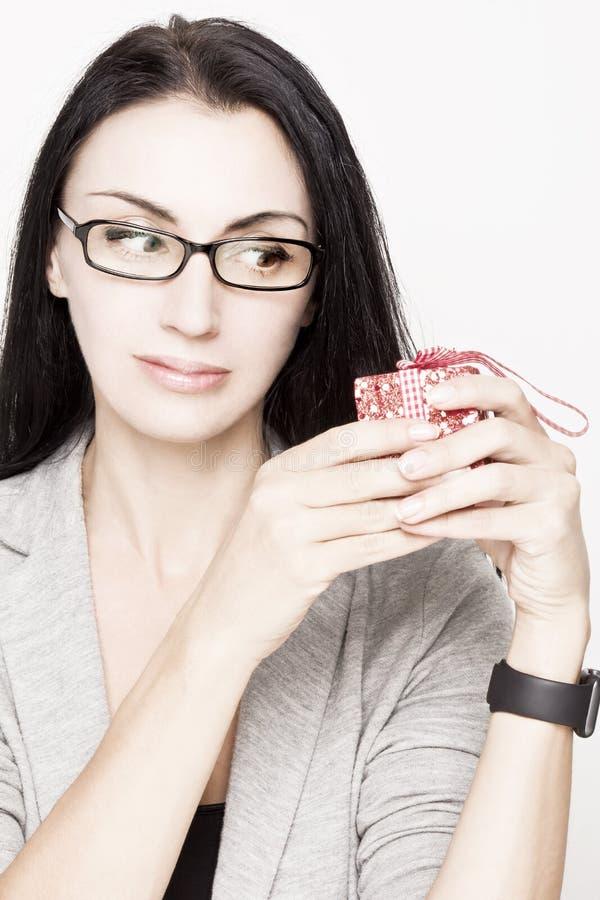 De glimlachende doos van de vrouwen rode gift stock afbeeldingen